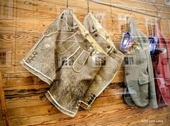 El Tirol en la vidriera (pepelara56) Tags: ropa tirolés tirol vidriera reflejos reflejo