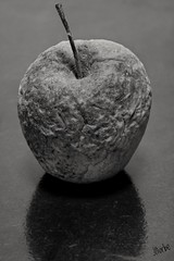 Grandapple (jiturbe) Tags: apple manzana monochrome monocromo age old vejez