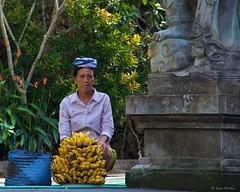 IMGP3679 Selling Bananas (Claudio e Lucia Images around the world) Tags: pura tirta empul temple banana seller tempio hindu hindutemple indu fruit present god bali indonesia asia pentax pentaxk30 pentax18135