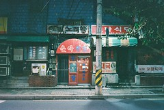 street scene - seoul (Shoji Kawabata. a.k.a. strange_ojisan) Tags: klasse s lomography cn400 35mm film filmcamera filmphoto filmphotography analog analogphoto analogphotography street streetphoto streetphotography streetscene streetview city cityview cityscape seoul korea night nightphoto nightphotgraphy
