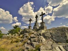 Křížky (Drei Kreuze) (tucsontec) Tags: kreuze monument denkmal clouds cloudscape cloudy landschaft landscape rock felsen felsformation tchechien parmeny