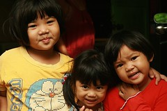 sisters (the foreign photographer - ฝรั่งถ่) Tags: three sister children khong thanon portraits bangkok bangkhen thailand canon