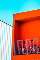Le balcon rouge et le vélo (jmmuggianu) Tags: balcon terrasse rouge immeuble appartement vélo cycle bicycle vtt architecture bâtiment cubisme graphisme