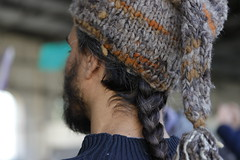 Con trenza y gorro de lana (Ce Rey) Tags: hombre hair trenza gorro cabeza retrato frombehind man tejido lana wool neck cuello detalle detail head 7dwf handmade mano