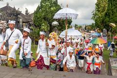 Incroyable procession ...Pura Besakih..Bali (geolis06) Tags: geolis06 bali 2015 asie asia indonésie indonésia olympusem5 olympus olympusm1240mmf28 balinesetemple balitemple templehindouiste hindutemple purabesakih purabesakihtemple besakihtemple
