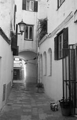 Passageway (Gabo Barreto) Tags: mahon menorca spain balearicislands baleares cobbles walls arch narrow street blackandwhite monochrome film 35mm 135 ilfordhp5 ilford xtol selfdeveloped scannedfromfilm epsonv500