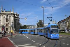 Innenstadtschleife (Maurits van den Toorn) Tags: tram tramway strassenbahn stadtbahn niederflur eléctrico villamos mvg münchen karlsplatz blauw blue bleu blau
