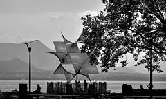 Scène de vie estivale (Diegojack) Tags: lausanne ouchy vaud suisse d500 sculpture ouverture monde angel duarte contrejour noirblanc scènedevie