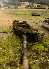 Beach boat (Daniprial) Tags: history medieval pueblo town dslr picoftheday dx apsc boat beach water summer pic nikon nikonista d7200 sigma friend work holidays tide barco barca remo fishing pesca 17mm travel sand fish moss algae