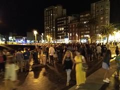2018-08-15 00:33:14 (LuJaHu) Tags: gijon asturias españa spain gente fiesta noche nocturna muelle paseo street calle callejera puerto arbol palmeras leecolemax2