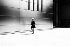 JEU D'OMBRES (Florence Bonnin) Tags: florencebonnin noiretblanc individus street geometrie light blackandwhite clairobscur london londres dark motion fuji mouvement candid bw black rue lumière