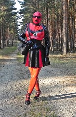 Sommeroutfit (Gabriela Brown) Tags: latex rubber gummi outdoor outside red girl woman nature heels highheels black fullendcloesed frau mask maske mode fashion latexoutfit fetish