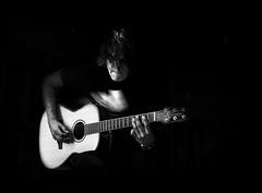 VIBRACIONES (oskarRLS) Tags: music música vibraciones cuerdas guitar guitarra músico monochrome monocromo blancoynegro blackwhite musician