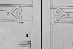 coeurs indépendants ... (jean-marc losey) Tags: france occitanie tarnetgaronne stantoninnobleval coeur porte poignée noiretblanc monochrome randonnée d700