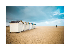 Variations sur la plage (1). (Scubaba) Tags: europe france normandie plage beach couleurs colors fourmi ant sable sand sky ciel cabines cabinesdeplage huts beachhuts paysage landscape