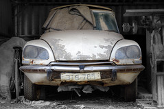 Citroen DS21 (FX-1988) Tags: citoen ds ds21 old car scrap junk yard sitting white rust rusty fron bad condition pentax k7 israel headlight modern french dusty transportaition