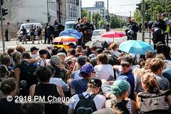 Rudolf-Heß-Gedenkmarsch 2018: Mord verjährt nicht! Gebt die Akten frei! Recht statt Rache  und Gegenprotest: Keine Verehrung von Nazi-Verbrechern! NS-Verherrlichung stoppen! – 18.08.2018 – Berlin –IMG_6161 (PM Cheung) Tags: rudolfhessmarsch wwwpmcheungcom berlin mordverjährtnichtgebtdieaktenfreirechtstattrache neonazis demonstration berlinspandau spandau friedrichshain hesmarsch rudolfhes 2018 antinaziproteste naziaufmarsch gegendemonstration 18082018 blockade npd lichtenberg polizei platzdervereintennationen polizeieinsatz pomengcheung antifabündnis rechtsextremisten protest auseinandersetzungen blockaden pmcheung mengcheungpo pmcheungphotography linksradikale aufmarsch rassismus facebookcompmcheungphotography keineverehrungvonnaziverbrechernnsverherrlichungstoppen antifaschisten mordverjährtnicht rudolfhesmarsch sitzblockaden kriegsverbrechergefängnisspandau nsdap nskriegsverbrecher geschichtsrevisionismus nsverherrlichungstoppen hitlerstellvertreterrudolfhes 17august1987 rathausspandau ichbereuenichts b1808 festderdemokratie verantwortungfürdievergangenheitübernehmen–fürgegenwartundzukunft rudolfhessmarsch2018 rudolfhesgedenkmarsch rudolfhesgedenkmarsch2018