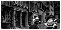 Trois jeunes chapeaux blancs visitant Rome.