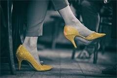 Golden Shoes (bert • bakker) Tags: goudenschoenen goldenshoes amsterdam noordholland nederrland thenetherlands nikon85mm18g dame lady vrouw woman highheels hogehakken pumps