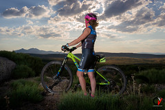 Cima al Atardecer. (Carlos Velayos) Tags: strobist mujer woman chica girl bici bicicleta cycle bycicle ciclista cyclst atardecer sunset amanecer dawn cielo sky nubes clouds ciclismo cycling deporte sport