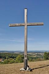 Fleur und das Gipfelkreuz vom Giebelrain (Uli He - Fotofee) Tags: ulrike ulrikehe uli ulihe ulrikehergert hergert nikon nikond90 fotofee giebelrain haunequelle baum geknickt