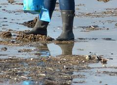 Searching for amber (willi2qwert) Tags: wellies wellingtons women wasser wet water wave watt rubberboots rainboots regenstiefel riss gummistiefel gumboots girl gummistövlar undicht strand beach soaked schmatzig nass