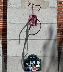 Ride in Peace, Rue de Lyon (Charos Pix) Tags: ruedelyon paris rideinpeace pinkbike bentbike shadow streetart roulerenpaix correenpaz