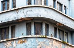 slooprijp (roberke) Tags: gebouw gevel facade windows ramen vensters vervallen building house huis architecture architectuur buiten outdoor lijnen lines lijnenspel