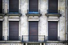 niemand thuis ? (roberke) Tags: gebouw building house huis windows ramen vensters balkon balcony rolluiken gesloten closed architecture architectuur outdoor buiten parijs paris gevel facade