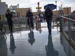 Werkmanbrug in de regen (Jeroen Hillenga) Tags: groningen stad straat street streetwise straatfotografie streetphotography city cityscape candid regen rain paraplu umbrella reflectie