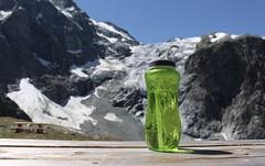 ma gourde :) (bulbocode909) Tags: valais suisse arolla valdhérens montagnes nature glaciers glacierdumontcollon neige tables bancs gourdes vert bleu