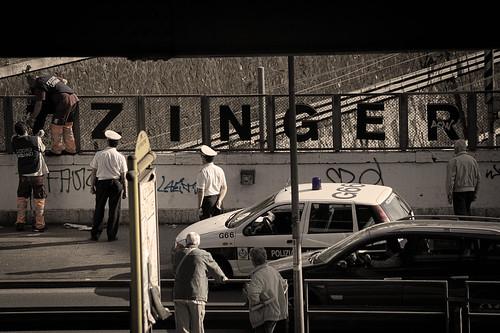 _ _(T)ZINGER vs decoro urbano: sfida all'ultima lettera