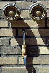 Der sich das Löschwasser einspeist (diezin) Tags: deutzkalk diezin feuerwehr flickr gesicht gesichter hydrant löschwassereinspeisung nikond5300 tamron70300 wasseranschlus