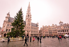 Grand Place, Brussels, Belgium (KSAG Photography) Tags: brussels belgium belgique bruxelles europe architecture history heritage medieval gothic square city urban tourism unesco wideangle nikon christmas december 2017 winter people street