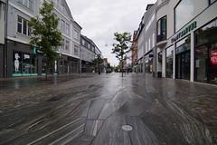 A rainy day in Herning (Steenjep) Tags: herning jylland jutland danmark denmark regn regnvejr gade vej gågade street streetview house building shop art flower rain wet våd granit