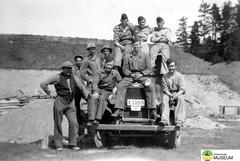 tm_4783 - Malmslätt, Östergötland 1942 (Tidaholms Museum) Tags: svartvit positiv 1942 gruppfoto fordon människor militärfordon soldat