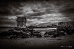 Rothéneuf 2018 (EBoss Fotografie) Tags: saintmalo bretagne brittany france sand beach clouds sky dark blackwhite blackandwhite rocks rothéneuf wall building tower landscape depth