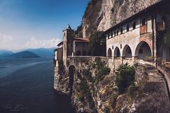 Santa Caterina del Sasso 1 (T. Kaiser) Tags: kloster santacaterinadelsasso italien italy lagomaggiore leggiuno lombardei sony sonyilce7rm3 fe1635mmf4zaoss see wasser