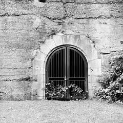Locked (colinpoe) Tags: ilforddelta400 blackandwhite rolleiflex mediumformat 6x6 batteryduane portal gatewaynationalrecreationarea rolleiflexautomat ilfordfilm tlr nyc newyorkcity rolleiflexautomatk4a statenisland fortwadsworth bw delta400 ilford 120 doorway fortification stone gate locked