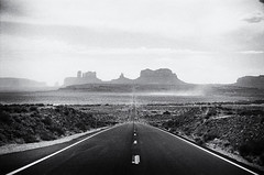 Forrest Gump Road  (Film) (Harald Philipp) Tags: monumentvalley utah usa forrestgump movie buttes desert duststorm dust valley portra nikon f6 film analog analogue 35mm nikkor navajo mesa nativeamerican indian indianreservation schwarzweiss westernmovies westerns