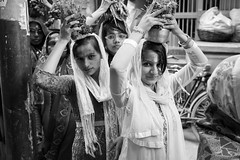 Street shot, Varanasi India (mafate69) Tags: asia asie asiedusud subcontinent southasia souscontinent street streetshot streetlevelphoto inde india up uttarpradesh varanasi benares benaras blackandwhyte bw kashi nb noiretblanc reportage rue portrait photojournalisme photoreportage photojournalism documentaire documentary mafate69 hindouisme hindu hindou hinduism hinduist hindouiste procession
