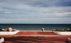 to the beach (*BegoñaCL) Tags: playa mar mediterráneo mujer horizonte azul agua rojo nubes cielo 1 playpuig begoñacl