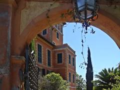 Arco d'ingresso a Villa Hanbury (mareblu2013) Tags: giardinobotanicohanbury giardinihanbury giardini giardino ventimiglia liguria villa arco ingresso lampione