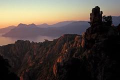 Corse (Calanques de Piana) 1998 (Joseff_K) Tags: corsica コルシカ語 korsika корсика córcega קורסיקה korsyką córsega كورسيكا diapositive leica film inversible ektachrome leicacl kodakektachrome100 100asa calanquesdepiana calanque coucherdusoleil rocher montagne mer merméditerranée mediterraneansea mountain sunset sundown