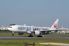 "Itami Airport 2018.6.25 (9) JA8979 / JAL's B777-200 ""SAMURAI BLUE 2018 Supporting Jet"" No.1 (double-h) Tags: omd em1markii omdem1markii lumixgxvariopz45175mmf4056asphpowerois rjoo itm osakaairport itamiairport 大阪空港 伊丹空港 airplane 飛行機 伊丹スカイパーク itamiskypark ja8984 jal b777 b777200 samuraiblue2018 samuraiblue samuraibluesupportingjet footbaljapaninternational worldcup worldcup2018 specialpainting 特別塗装 samuraiblue応援ジェット1号機 samuraiblue応援ジェット 日本代表 サッカー日本代表 ワールドカップ"