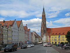 Decorative facades (Silanov) Tags: eu europe germany deutschland bayern bavaria lowerbavaria niederbayern bavarian bayrisch bayerisch landshut martinskirche stmartin german deutsch church église kirche basilica basilika basilicaminor spire steeple churchtower kirchturm belfry belltower glockenturm catholic katholisch gothicstyle gotischerstil gotik brickgothic backsteingotik gothic gotisch architecture architektur medieval mittelalterlich middleages mittelalter tower turm street strase dreifaltigkeitsplatz square platz town city stadt oldtown historicquarter historicdistrict altstadt historic historisch houses häuser buildings gebäude sky himmel clouds wolken cloudy bewölkt summer sommer june juni 2018