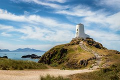 A classic (urfnick) Tags: sundaylights wales llanddwyn angelsey lighthouse canon eos 6dmarkii mountains ocean bay clouds summer wispy beach steps stairs