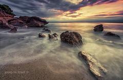 un dia qualsevol (Josep M.Toset) Tags: aigua baixcamp d800 catalunya josepmtoset marina mar matinada mediterrani núvols nubes nikon paisatges pedres roca roques sol sortidadesol sorra lucroit hitech nikon140240mmf28