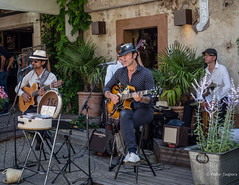 Dos Amigos & Co (Peter Jaspers) Tags: frompeterj© 2018 olympus zuiko omd em10 1240mm28 lourmarin provence luberon musique dosamigosco paca vaucluse music guitar perfomance gig