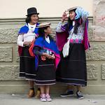 Nonna, mamma e nipote fuori dal mercato di Silvia con i loro caratteristici cappelli